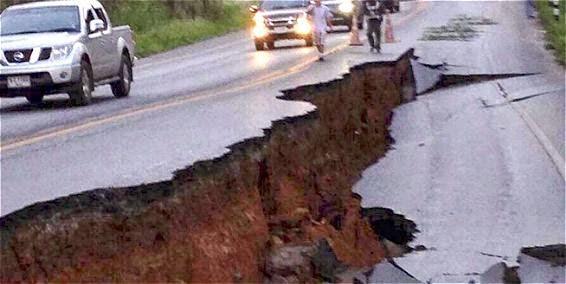 Carretera dañada en terremoto en Tailandia, 5 de Mayo 2014