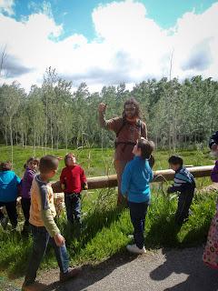un grupet de nens atenent les explicacions del monitor, prop de Móra d'Ebre