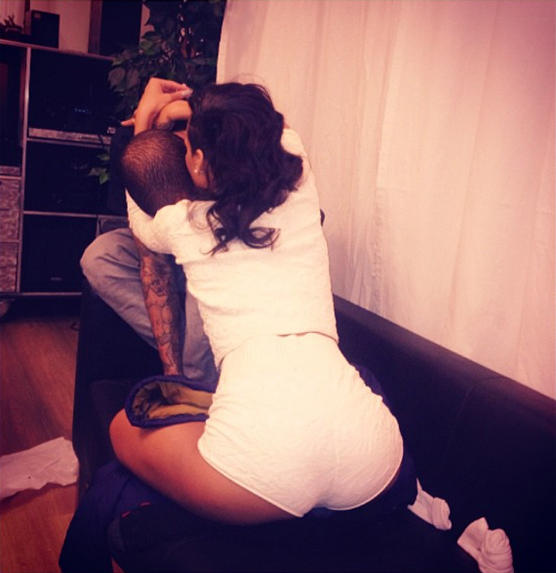 Chris Brown dans les bras de Rihanna, photo Instagram