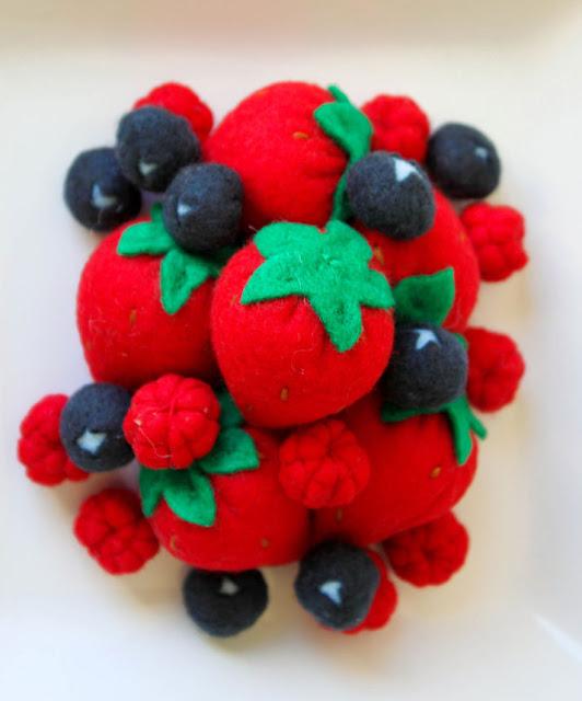 fresas hechas con fieltro