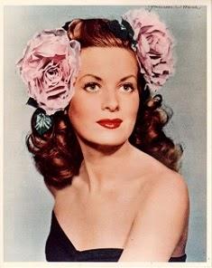Maureen, guapísima con dos rosas de atrezzo