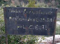 Cartell del Centre Excursionista de Taradell amb la data dels treballs de reconstrucció