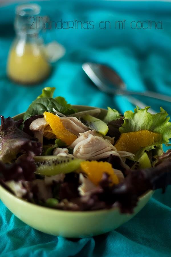 Ensalada de pollo y frutas con vinagreta de mostaza a la antigua