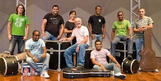 Paulo Cézar (centro), líder e vocalista do Grupo Logos