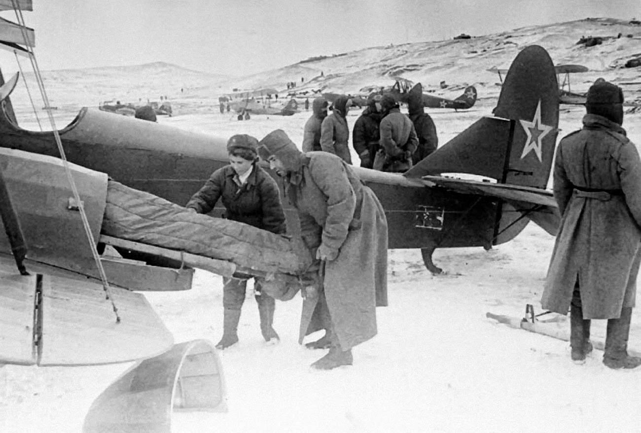 Погрузка раненого в самолет