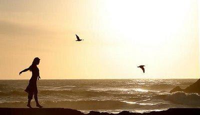 كيف تعرف ان حبيبك يخدعك او يمثل عليك الحب - بنت تمشى على شاطىء البحر لحظة غروب الشمس - girl walking on beach at sunset