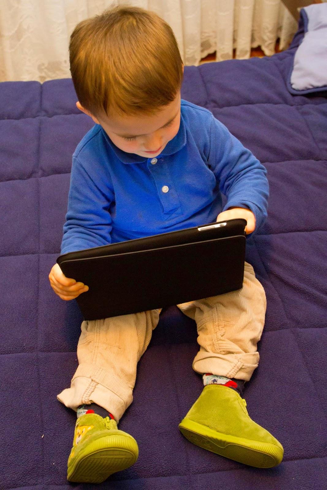 2011 con su iPad (1, que nació un mes después de él)