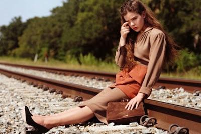 foto censurada de menor de edad en las vias del tren publicidad uk