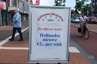 это объявление прямо посередине тротуара легко понять, не зная нидерландского - 2 € за штуку (stuk)