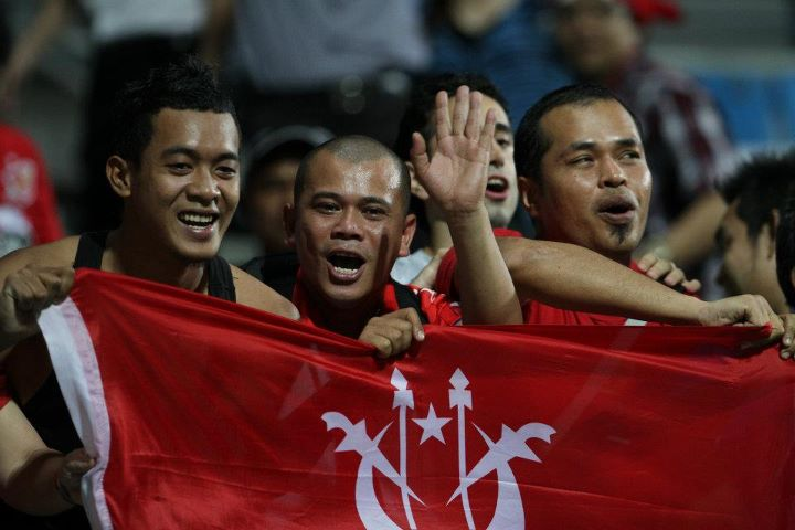 Penyokong Kelantan di Stadium Jalan Besar,Singapura.