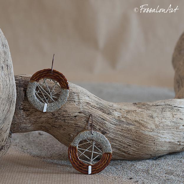 Orecchini in corda, sabbia, gommalacca e frammento di conchiglia