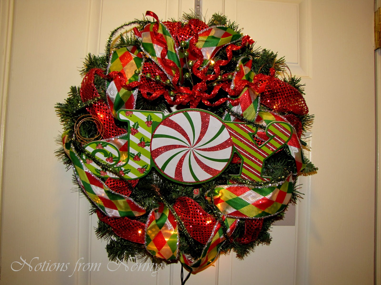everyday i have been trying to squeeze some time in to redo my wreath i finally just made time and this is what i came up with - Deco Mesh Christmas Wreath