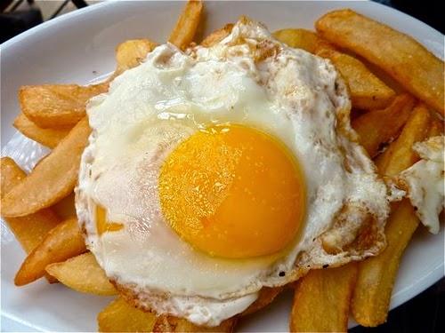 Huevos fritos en plato