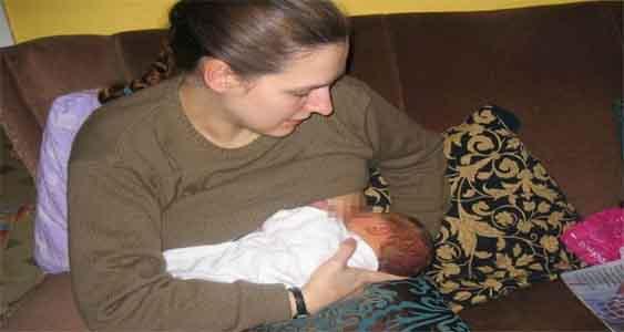 Foto Selfie Ibu Sedang Menyusui Bayinya