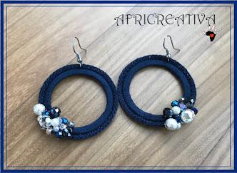 Orecchini blu tondi uncinetto e perle