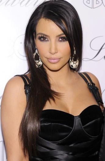 Kim Kardashian con maquillaje y cabello laciado