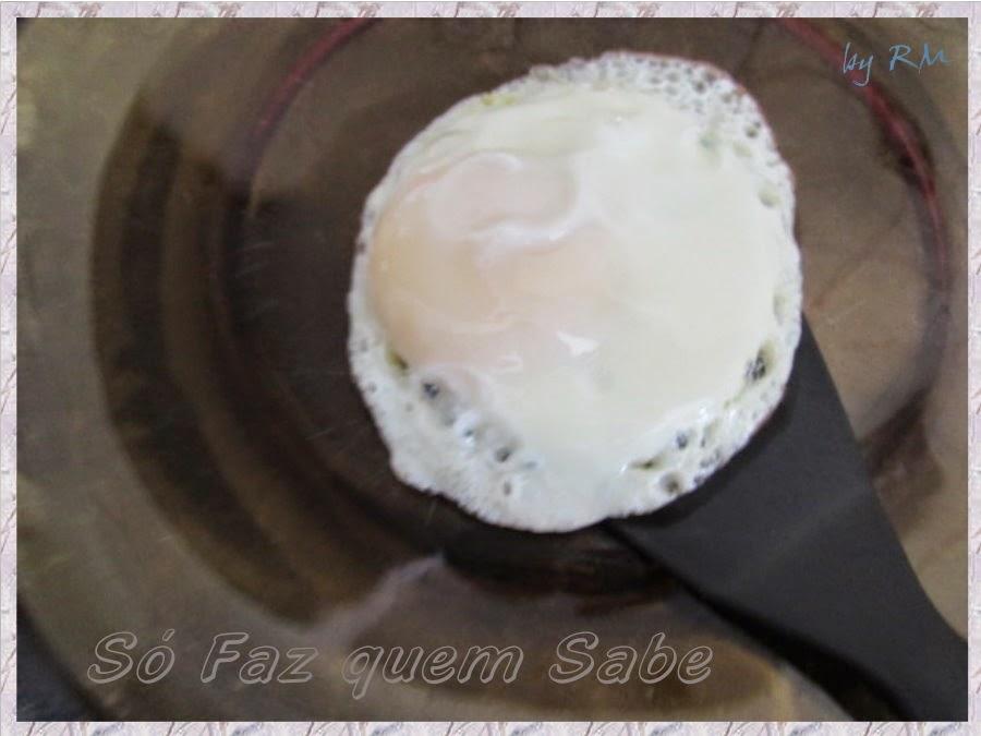 Retirando o ovo frito estrelado da frigideira com a espátula