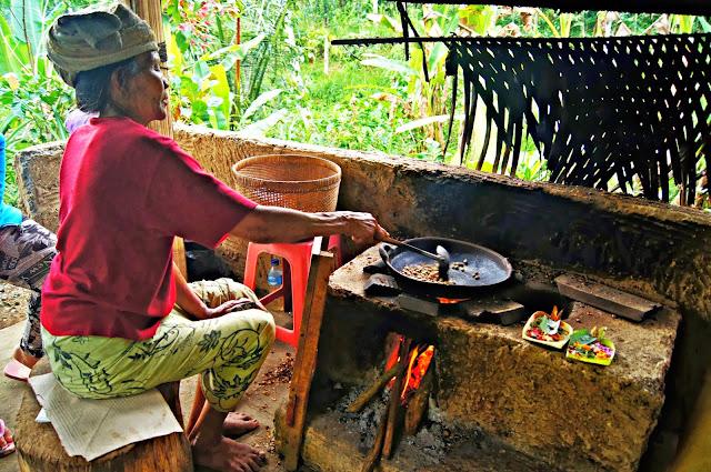 balinesa preparando café luwak