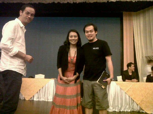 Foto Bersama Praktisi Buddhist & Penyanyi Dewi Lestari dalam acara Instrumen Hati 2012