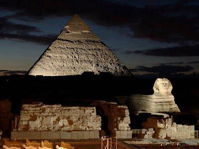 Esfinge y Gran Pirámide de Giza (iluminación nocturna)