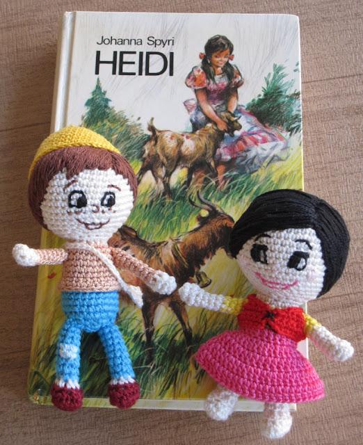 Amigurumi de Heidi y Pedro junto al libro edición de 1974.