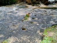 Conjunt de forats que podrien pertànyer a l'antiga resclosa del Molí d'en Sala