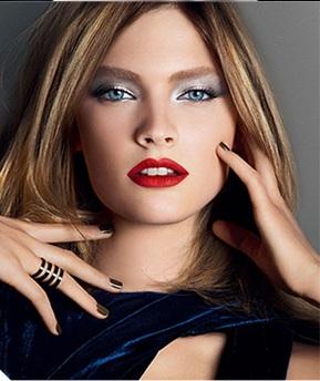Maquiagem para vestido azul estampado