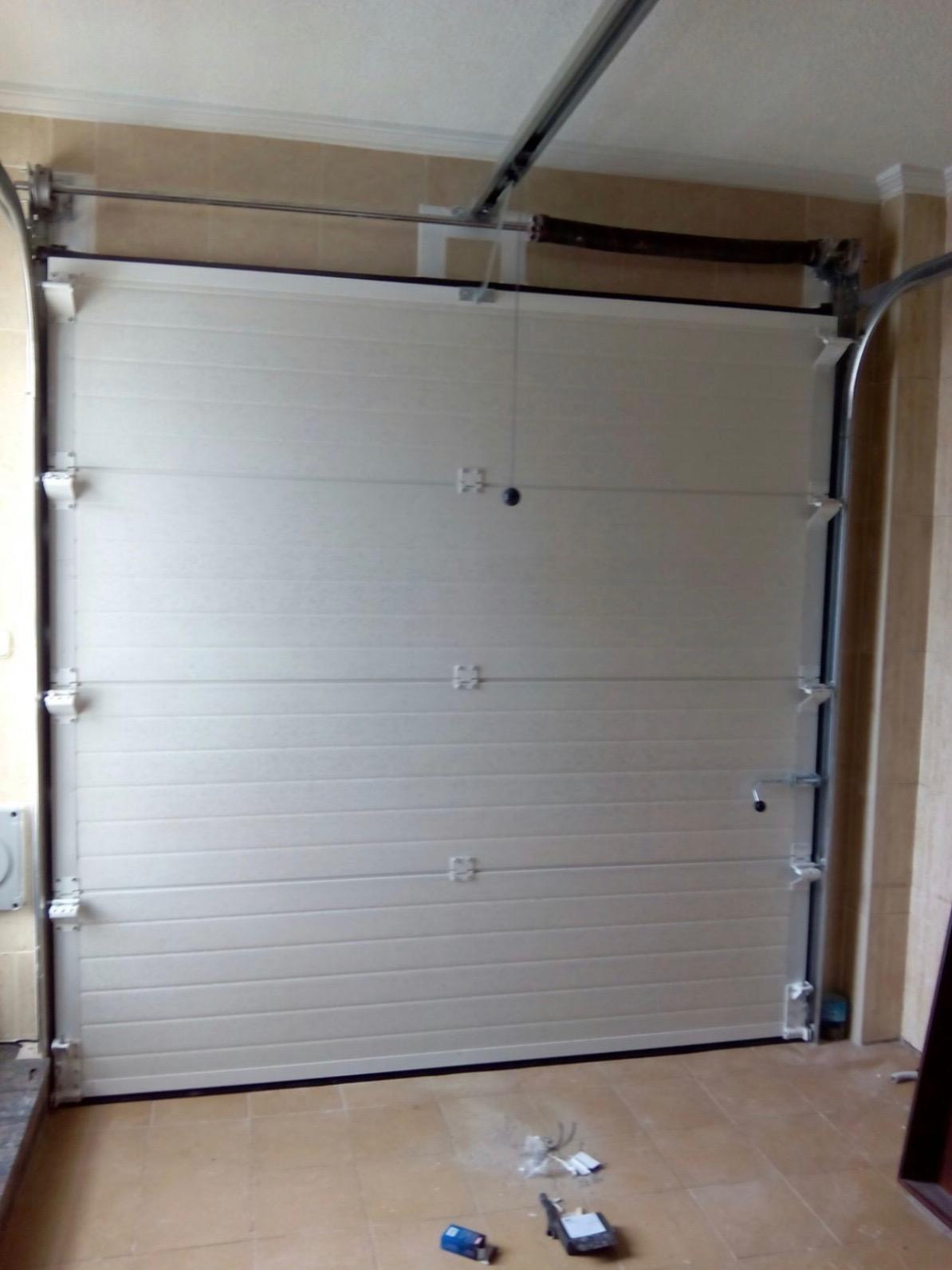 Persianas y puertas manuales y autom ticas pedro reyes for Motor puerta seccional