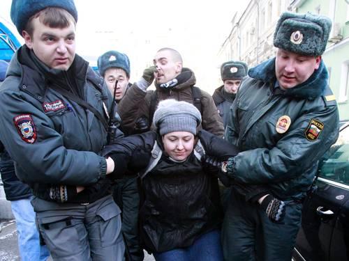 Agentes russos detém ativista em protesto contra lei no país (Foto: SERGEI KARPUKHIN / REUTERS)