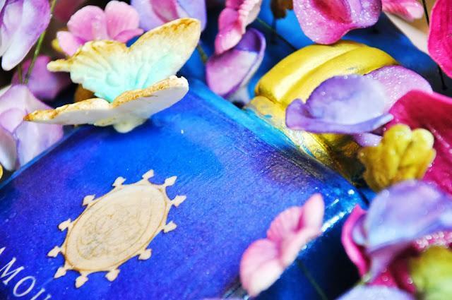 праздничный торт из мастики с цветами и бабочками