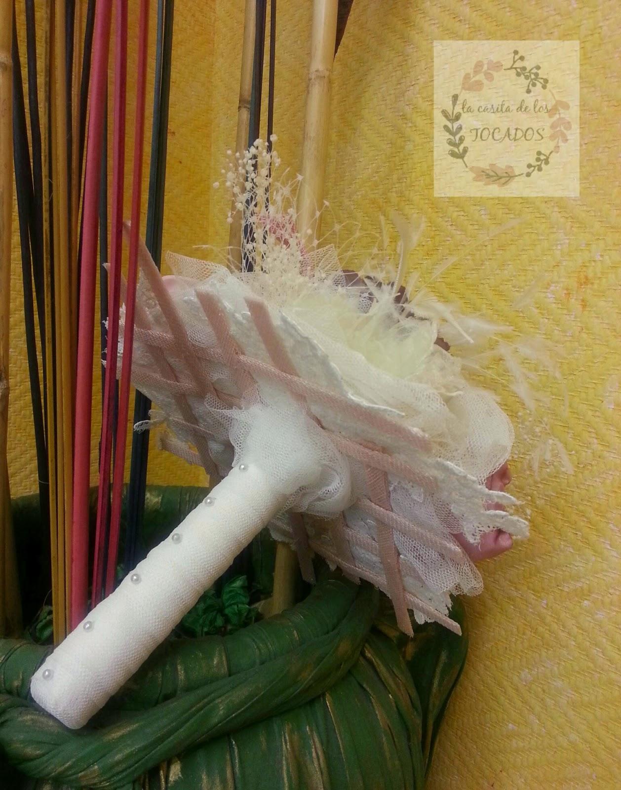 ramo de flores de tela y otros materiales artesanal en tonos pastel