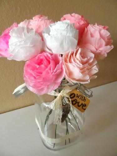 http://lifeislikeatriplechocolatecookie.blogspot.nl/2014/05/paper-flower-tutorial.html
