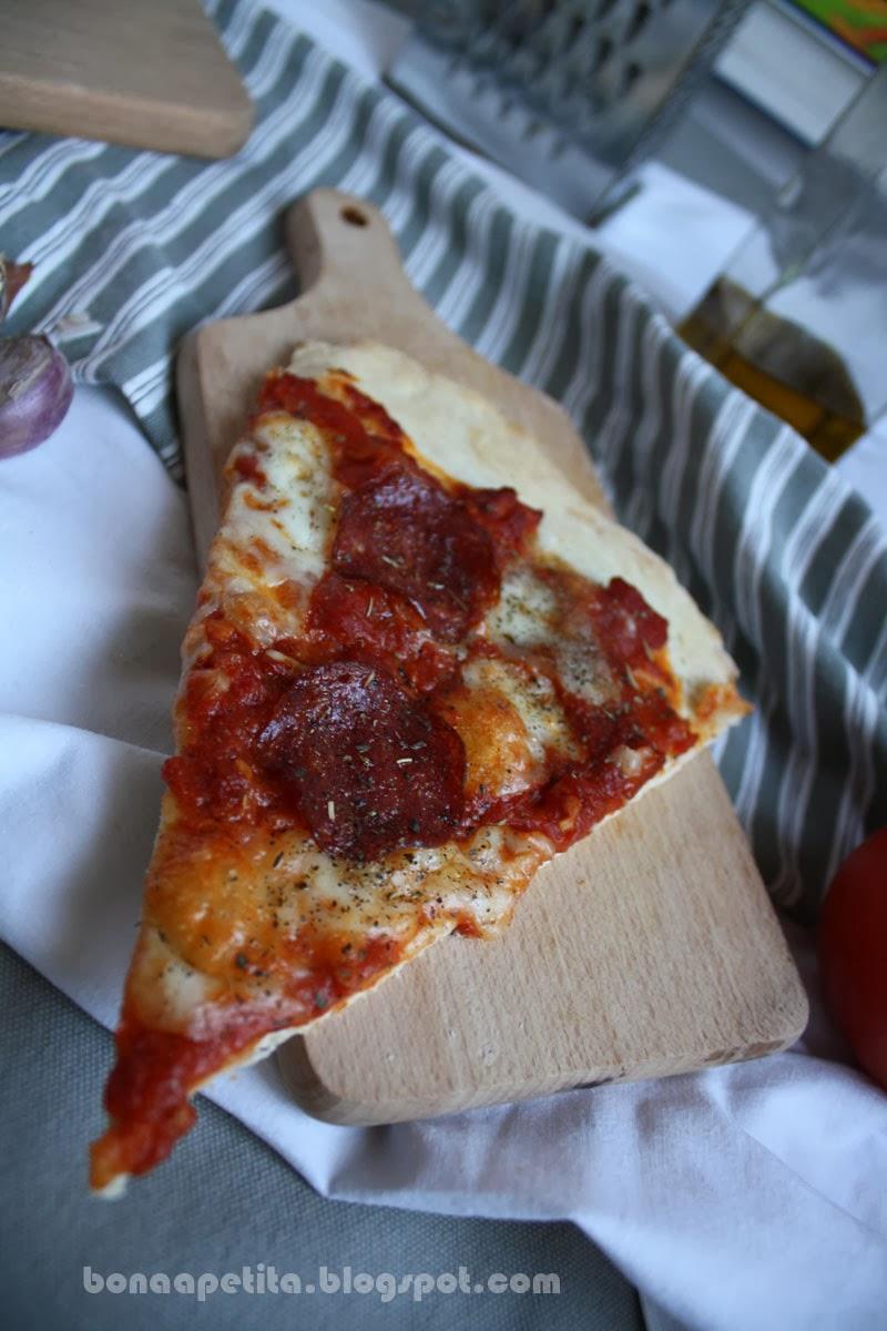 Pizza na cienkim cieście z salami peperoni