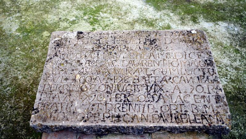 Tafel mit Inschrift beim byzantinischen Turm von Castelluccio Valmaggiore (Provinz Foggia, Apulien)