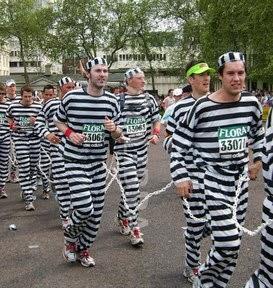 囚人服を着て仮装ランする人たち