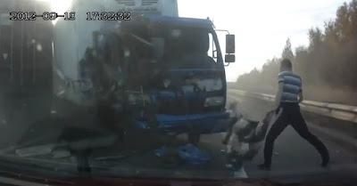 video ,Motorista de caminhão é jogado fora do pára-brisa