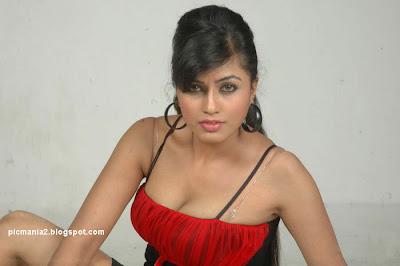 Aarthi Puri hot sexy bikini cleavage image gallery