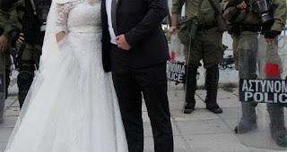 ΕΙΝΑΙ ΤΡΕΛΟΙ: Παντρεύτηκαν και αμέσως μετά τον γάμο πήγαν...Τούμπα [photos]