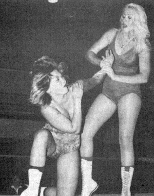 Donna Day vs Debbie Combs - Female Wrestling