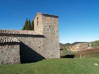 Sant Cugat de Gavadons amb el mas Bellver a la seva dreta
