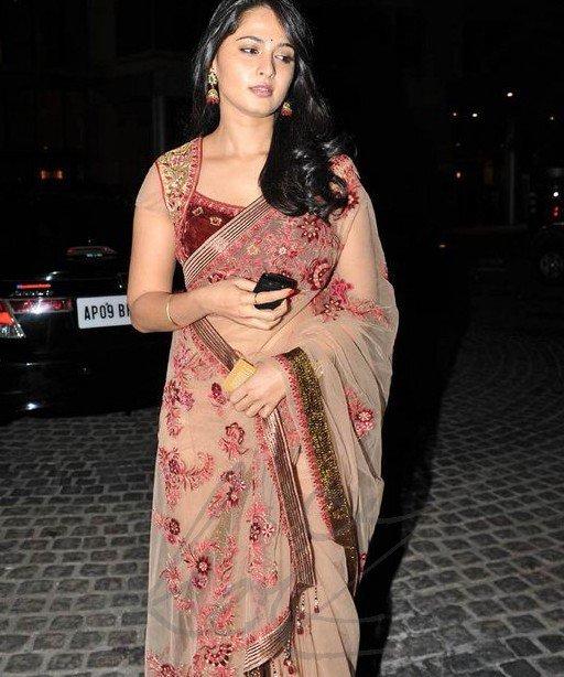 anushka shetty at 58th filmfare awards 2011