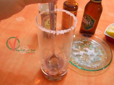 Remover los líquidos con la sal.