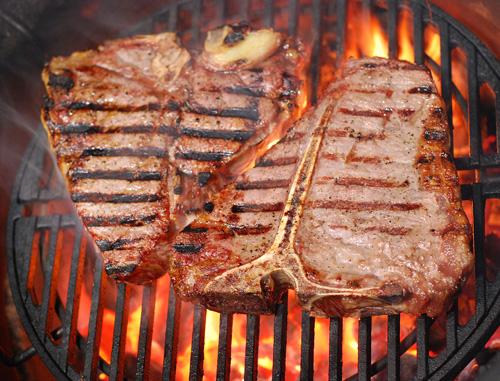 T-bone steak on kamado grill, big green egg t-bone steak