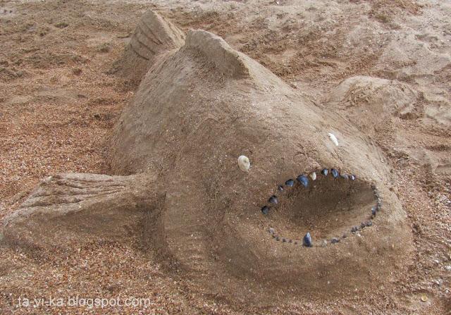 скульптура из песка рыба