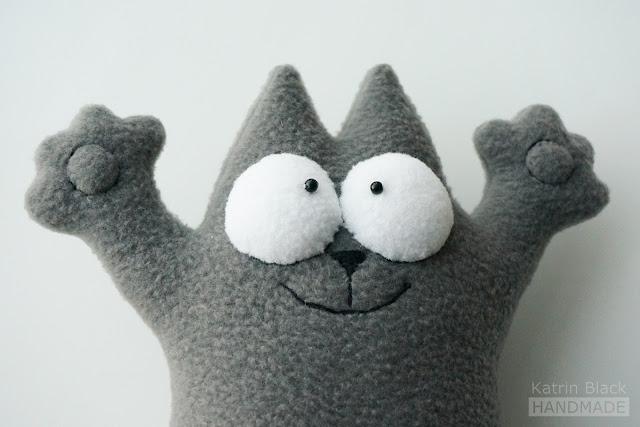 Мягкая игрушка - серый кот Саймона.