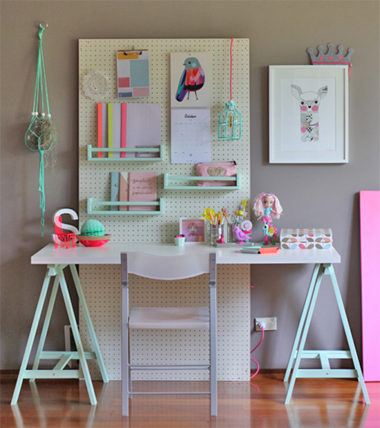 painel organizador no escritorio, home office, escritorio, cores pasteis, quarto crianca