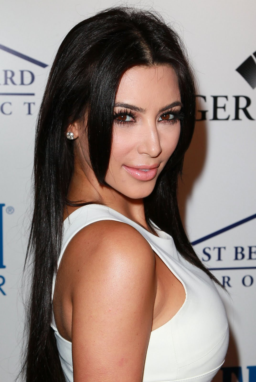 http://3.bp.blogspot.com/-qxyvItKmoWw/TgVfIdZcHZI/AAAAAAAALCo/kox_JrL6U94/s1600/latest-kim-kardashian-photo-2011-sexy-tight-white-dress+%25282%2529.jpg
