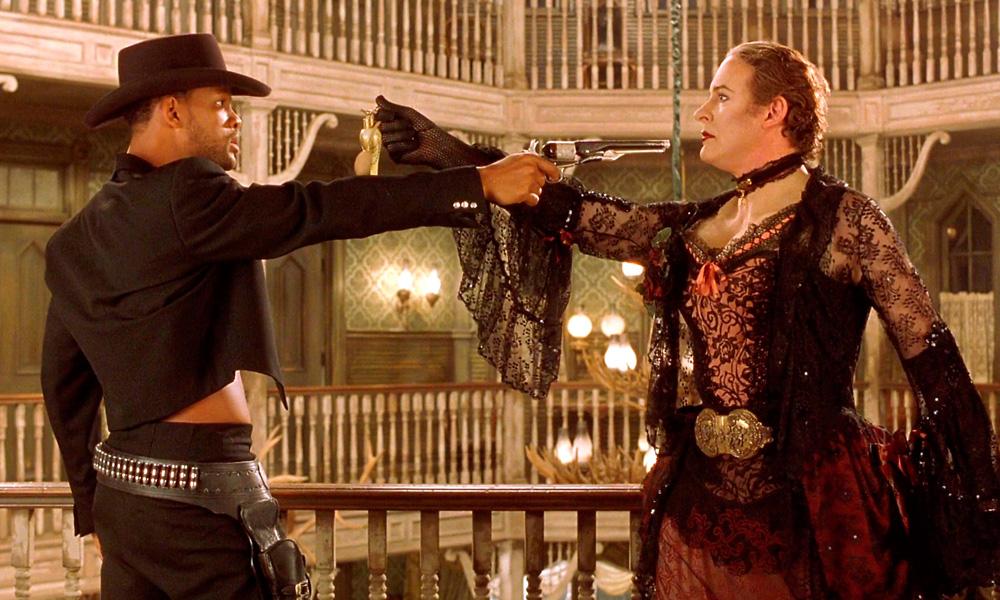 Cena do filme As Loucas Aventuras de James West (1999) onde will smith cruza armas com um homem vestido de mulher