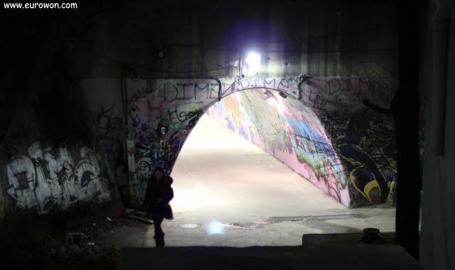 Chica coreana saliendo de un túnel oscuro