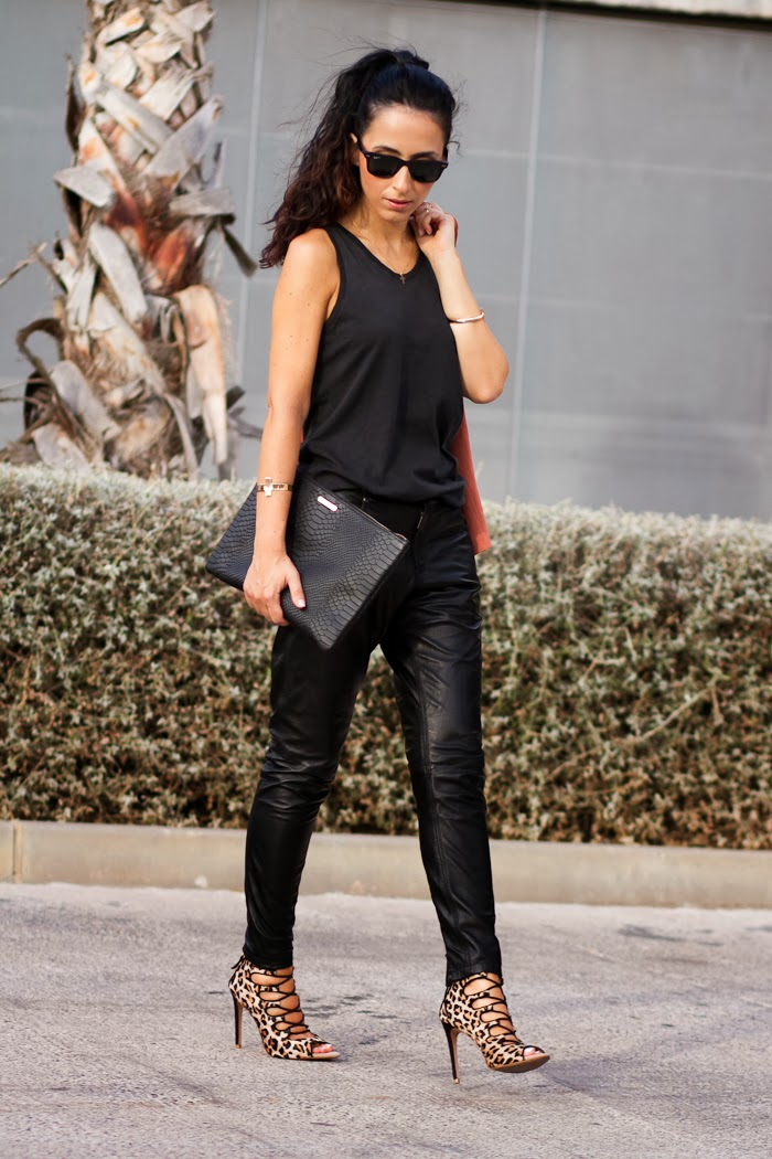 Streetstyle Total Black outfit with leopard lace up heels